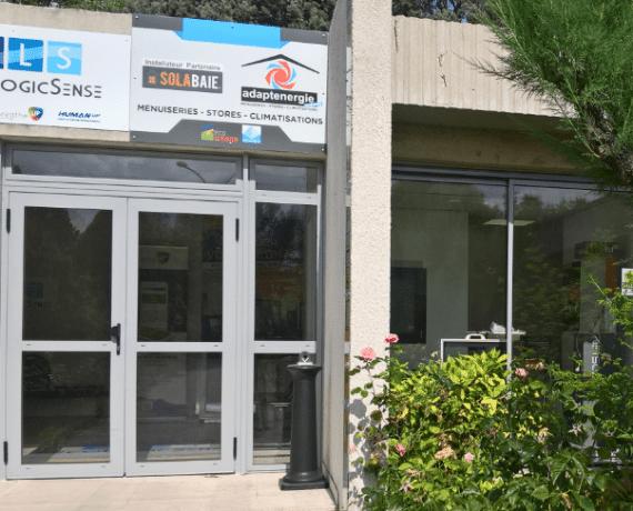 Enseigne extérieure du magasin de votre installateur Solabaie Adapt Energie
