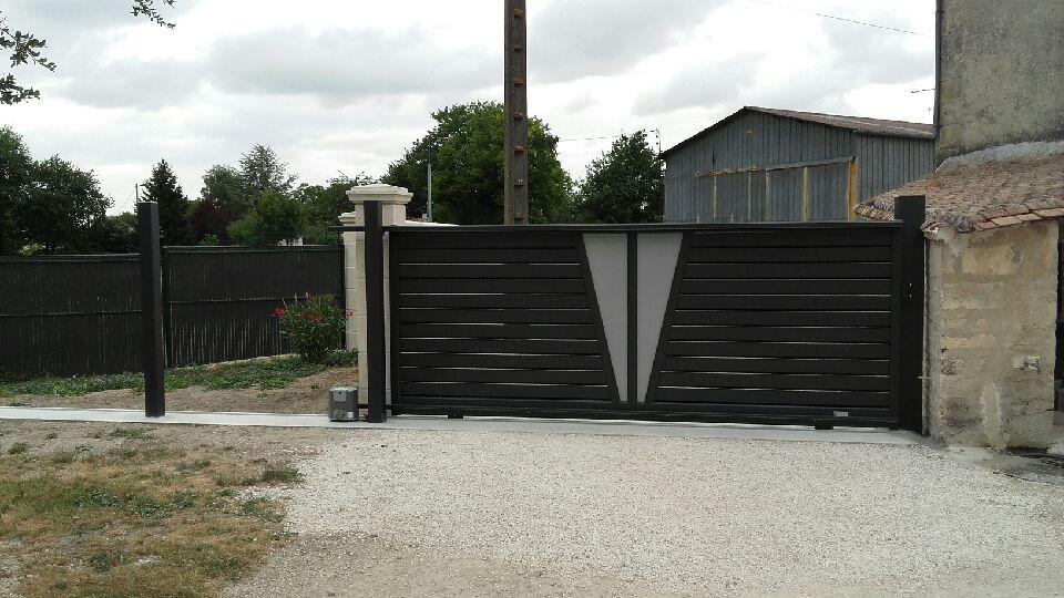 pose d 39 un portail aluminium coulissant gris anthracite mod le capucine par solabaie rochefort. Black Bedroom Furniture Sets. Home Design Ideas