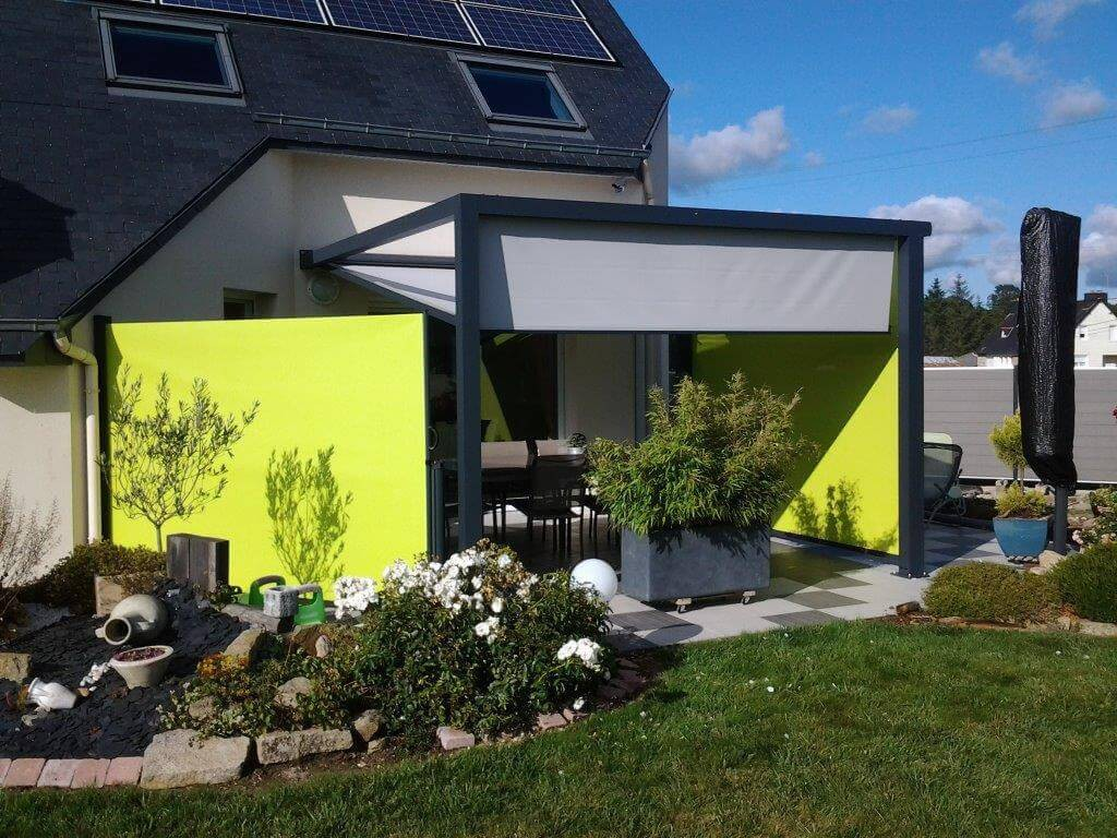 pergola en aluminium moderne avec stores jaunes. Black Bedroom Furniture Sets. Home Design Ideas