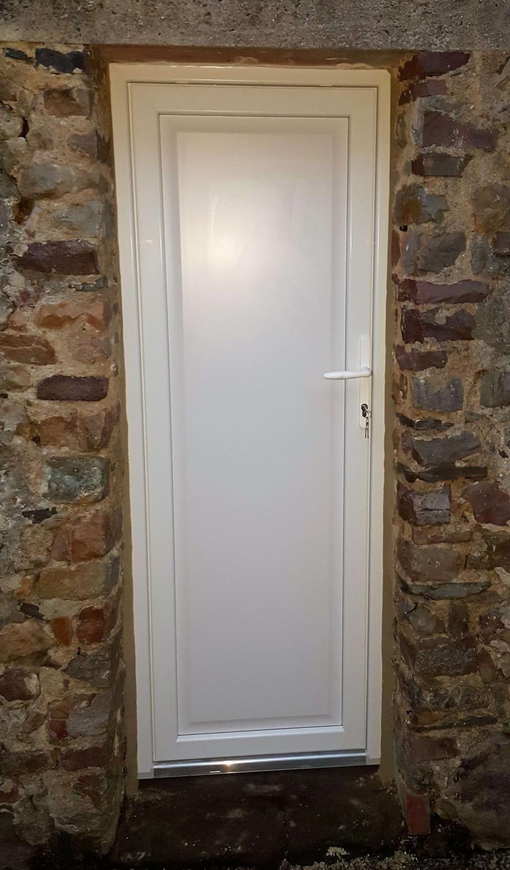 Renov 39 habitat pose de portes de services en pvc composium la haye du puits 50 - Porte service pvc sur mesure ...
