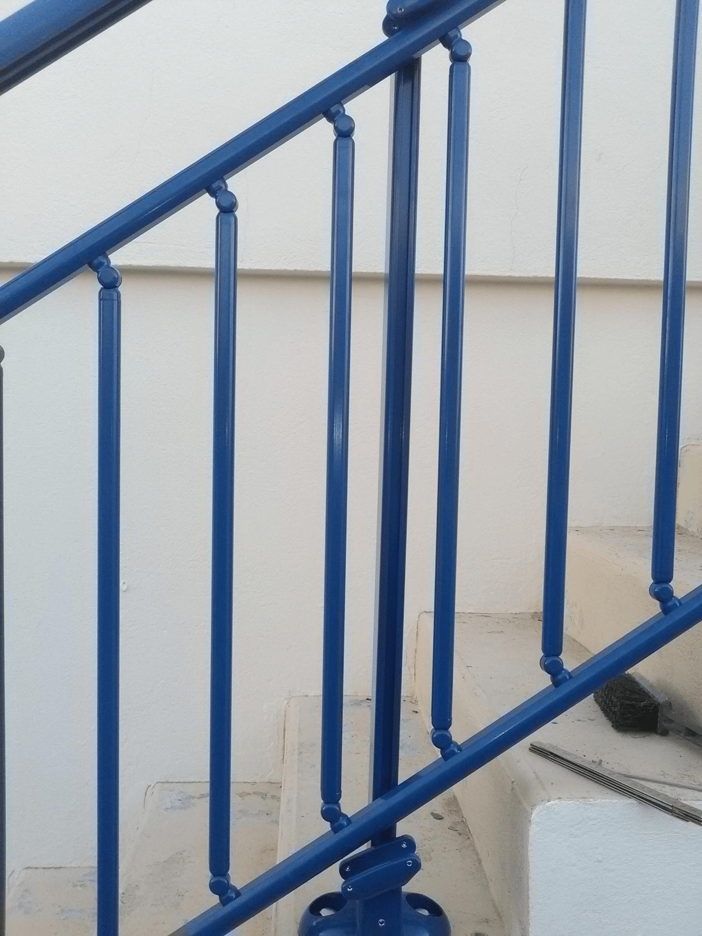 pose rampe d 39 escalier bleu 5010 par solabaie rochefort. Black Bedroom Furniture Sets. Home Design Ideas