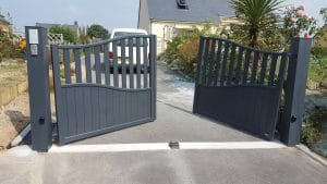 Installation d'un portail aluminium motorisé, équipé d'un kit audio et d'un digicode par Renov'Habitat, votre installateur de portes, fenêtres, volets et portails Solabaie