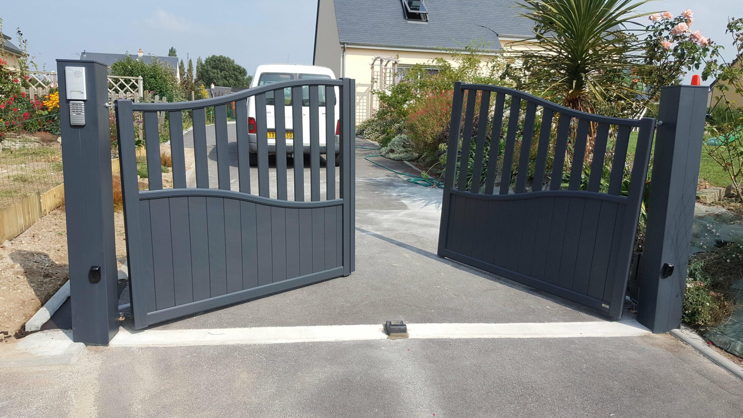renov habitat pose d 39 un portail aluminium cardinal sur une maison pr s de la haye du puits. Black Bedroom Furniture Sets. Home Design Ideas