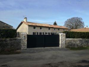 Chantier sur Melle (79500) dans les Deux-Sèvres où votre installateur Solabaie Niort a fourni et posé un portail aluminium modèle Sterne