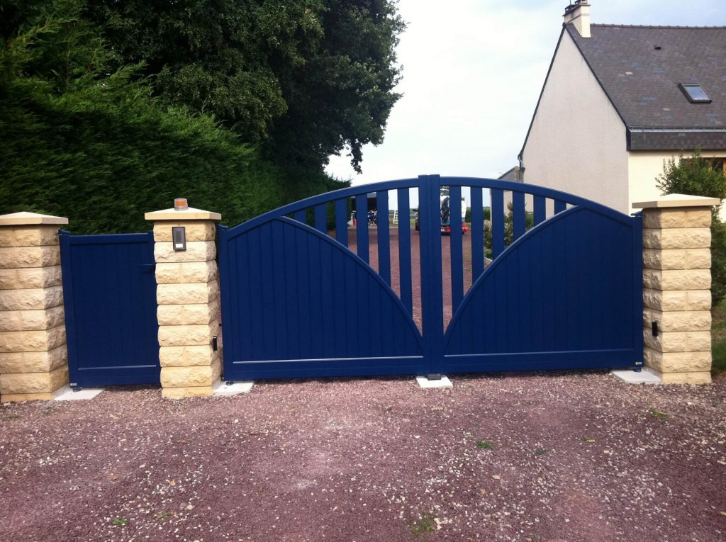 portail-battant-aluminium-bleu-portillon