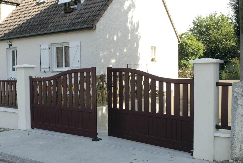 portail-battant-aluminium-marron