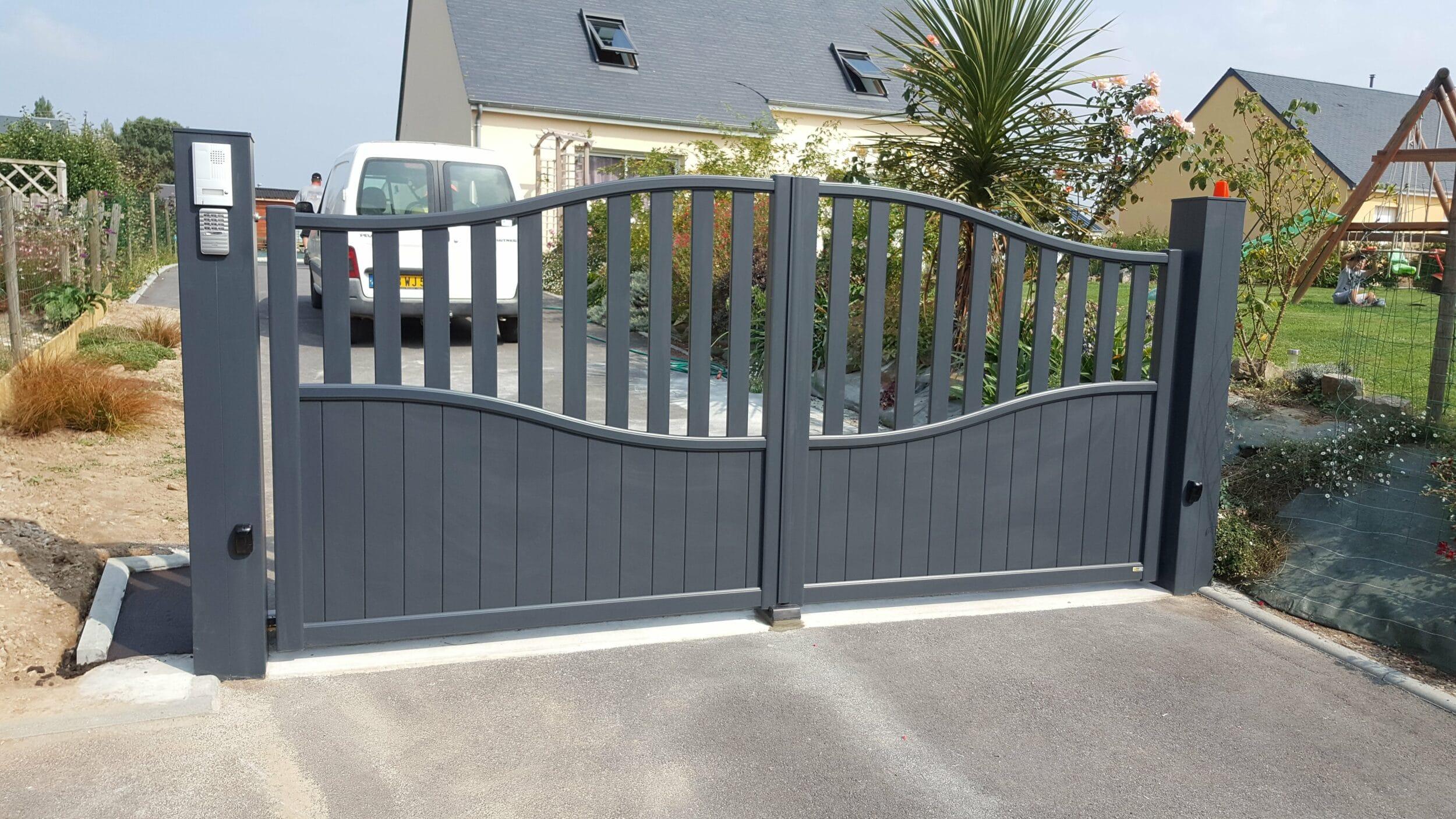 Renov habitat pose d 39 un portail aluminium cardinal sur une maison pr s de la haye du puits for Renov habitat