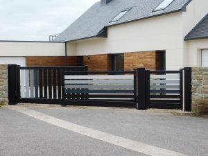 Portail aluminium Multiply avec option de dégradé Distorsion installé par votre artisan la Menuiserie Premel
