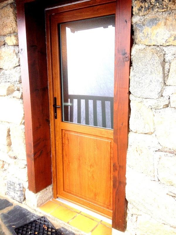 installation d 39 une porte en pvc bicolore ext rieur ch ne dor et int rieur blanc. Black Bedroom Furniture Sets. Home Design Ideas