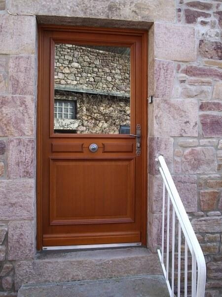 Installation de portes et fen tres par la menuiserie des for Pose d une porte d entree en bois
