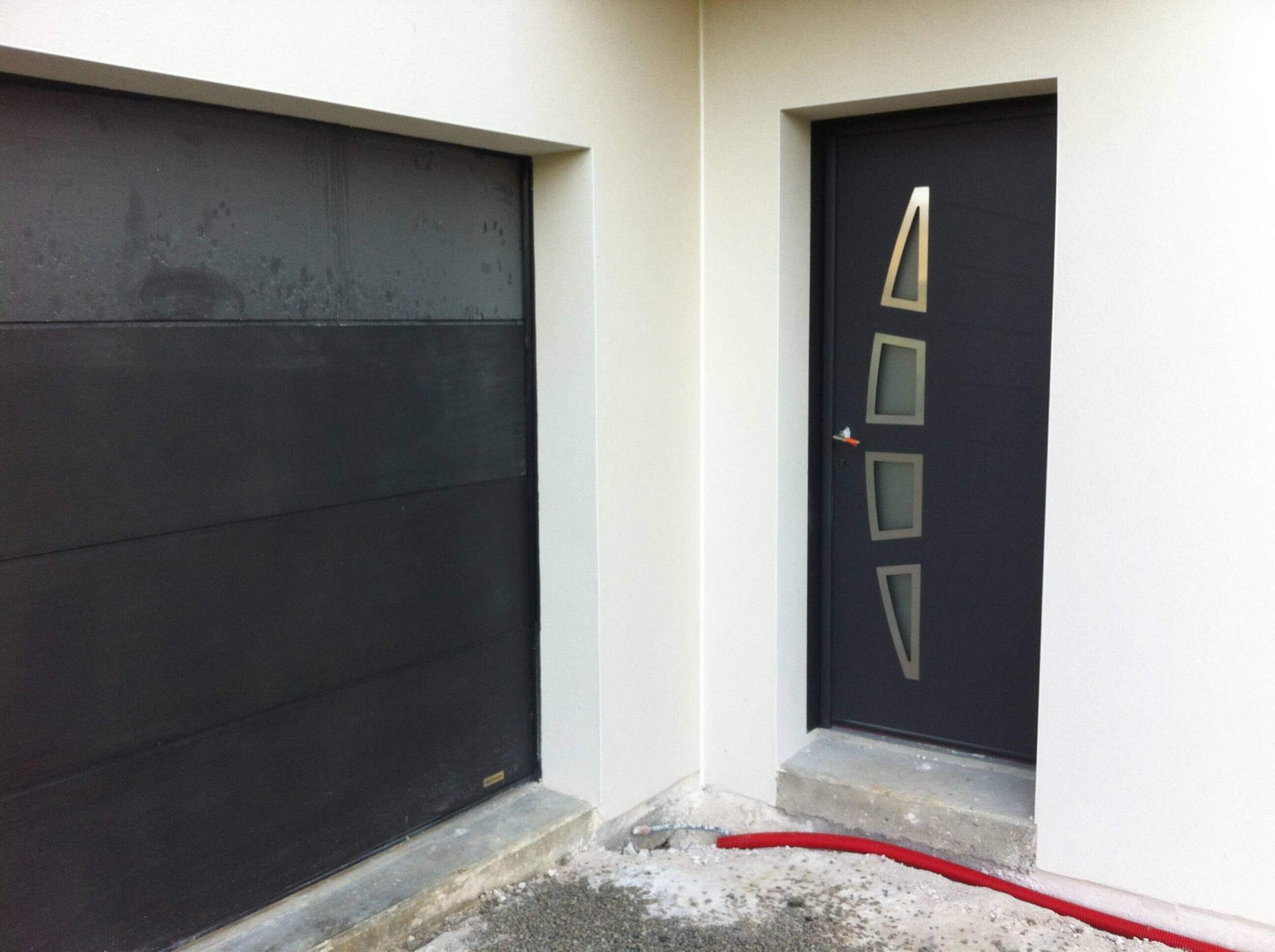 Porte Dentrée Moderne Assortie à La Porte De Garage - Porte de garage sectionnelle avec porte entrée pvc ou alu
