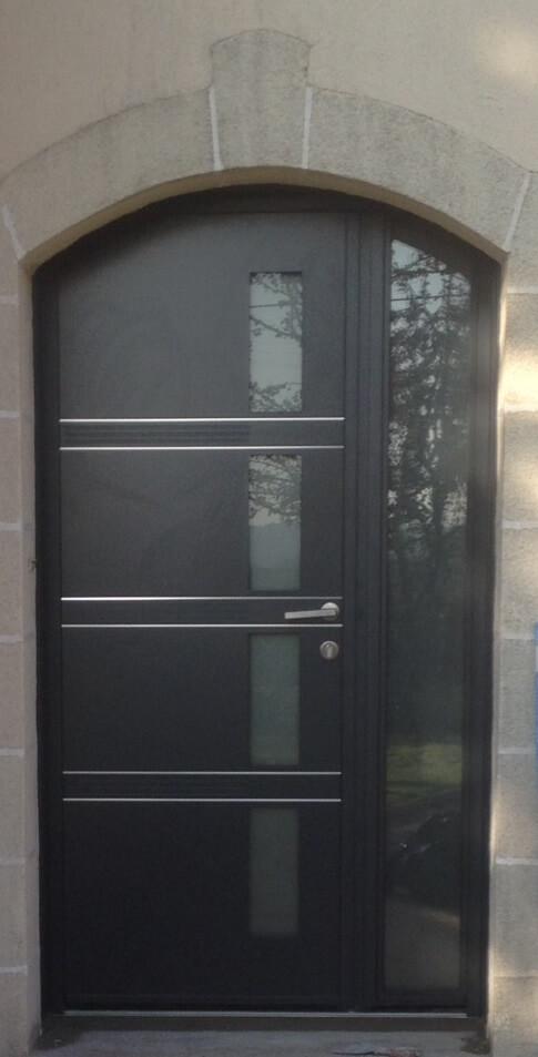 Porte d 39 entr e en aluminium moderne et l gante r alisation de la menuiserie solabaie - Porte d entree moderne ...