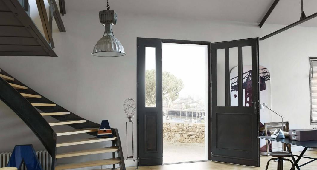 Apportez modernité et luminosité au sein de votre maison avec les portes d'entrée Bois sur-mesure Solabaie
