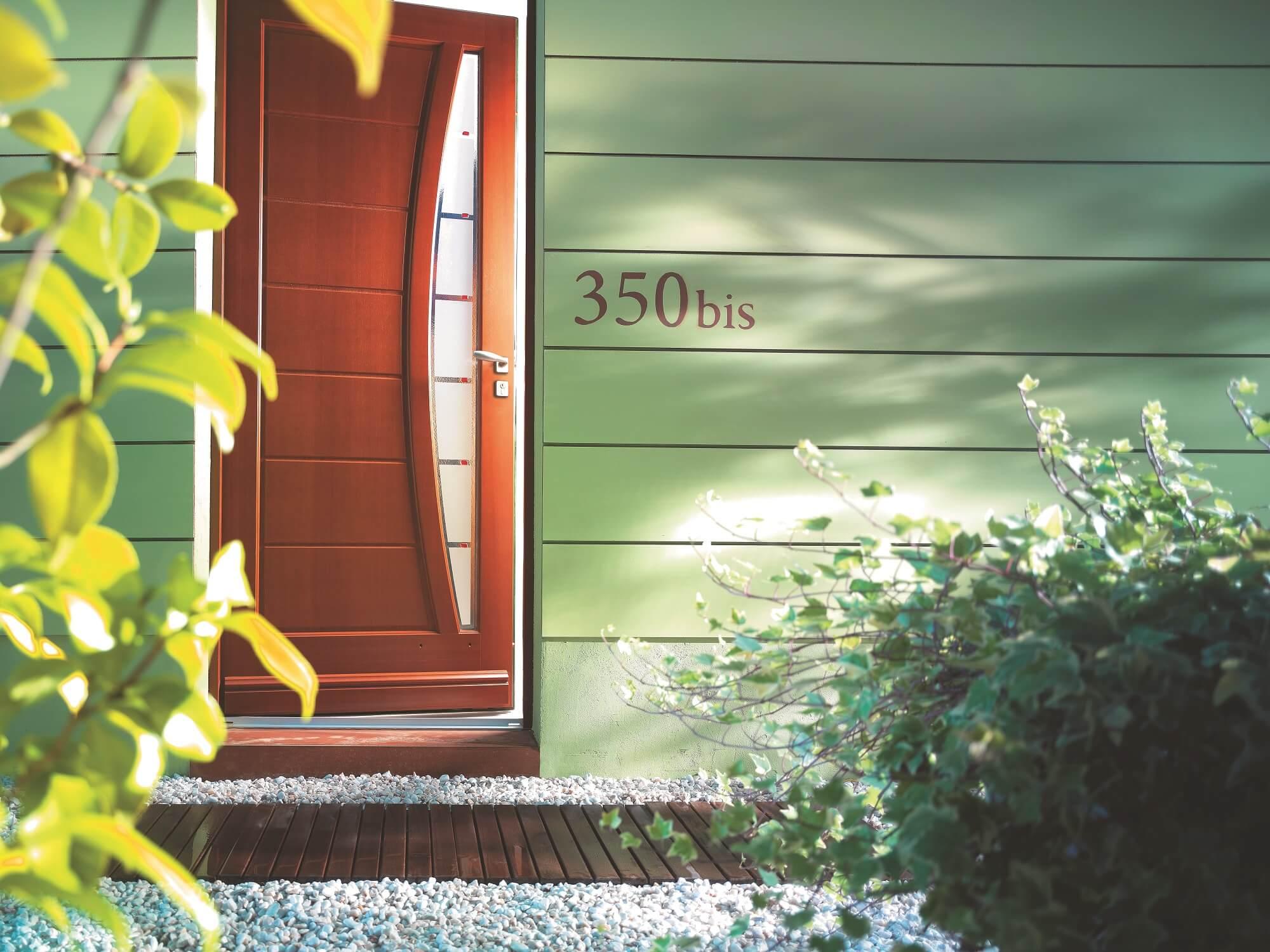 Atouts des portes d entr e en bois sur mesure solabaie for Porte journaux en bois