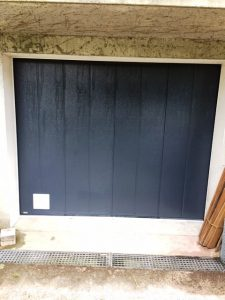 Porte de garage aluminium latérale, modèle Locarno, posée par votre installateur Solabaie JDS Rénovation à Fleurines
