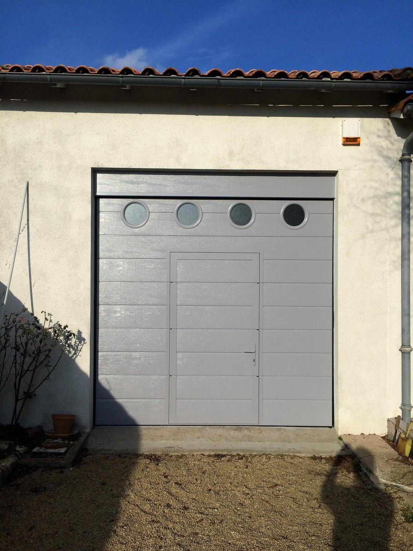 Pose par solabaie niort d 39 une porte de garage sectionnelle for Garage niort rouen