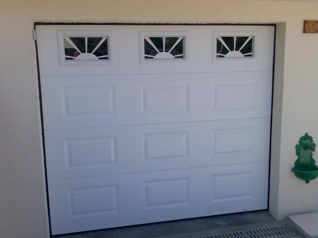porte-garage-sectionnelle-blanche-hublots