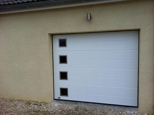 Menuiserie saint romanaise des installateurs for Porte de garage sectionnelle a portillon