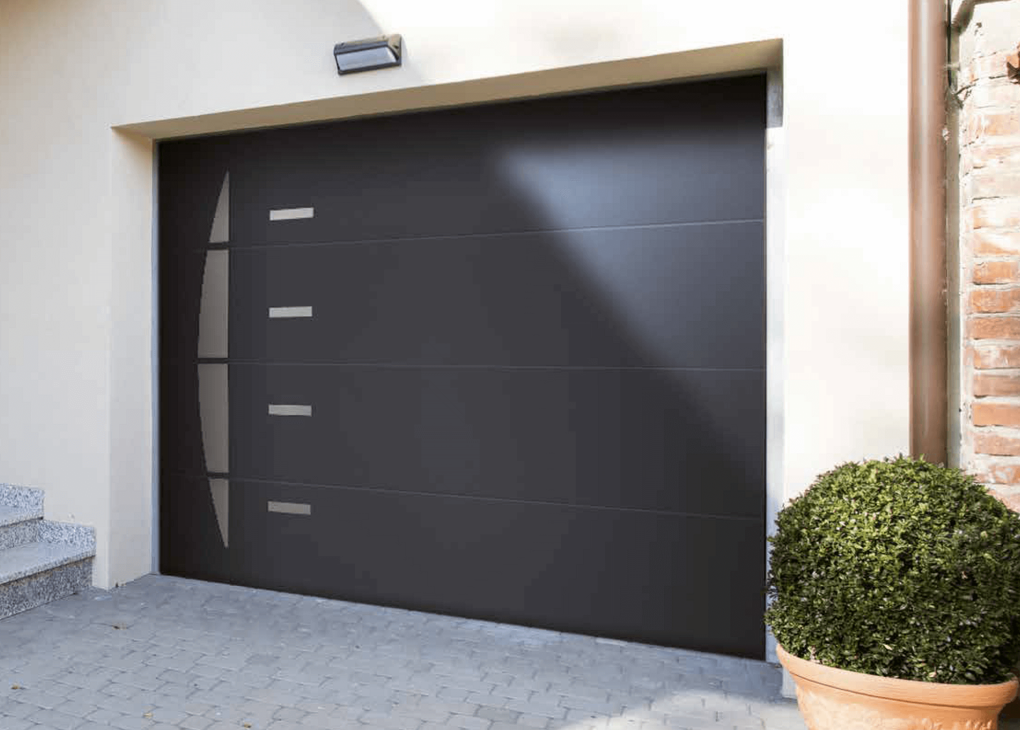 Porte de garage motoris e portes de garage sur mesure for Porte de garage sectionnelle avec portillon sur mesure