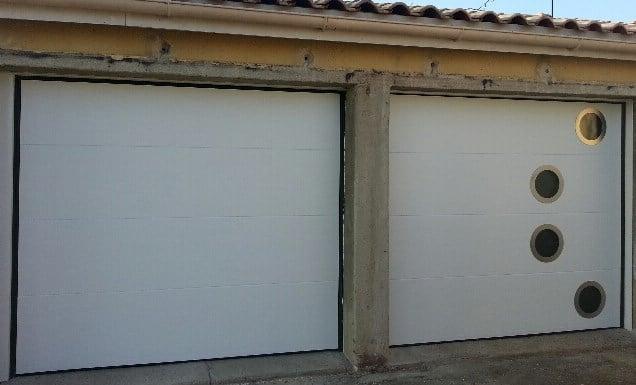 Installation de 2 portes de garage sectionelles blanches solabaie asf17 - Portes de garage sectionnelles motorisees ...