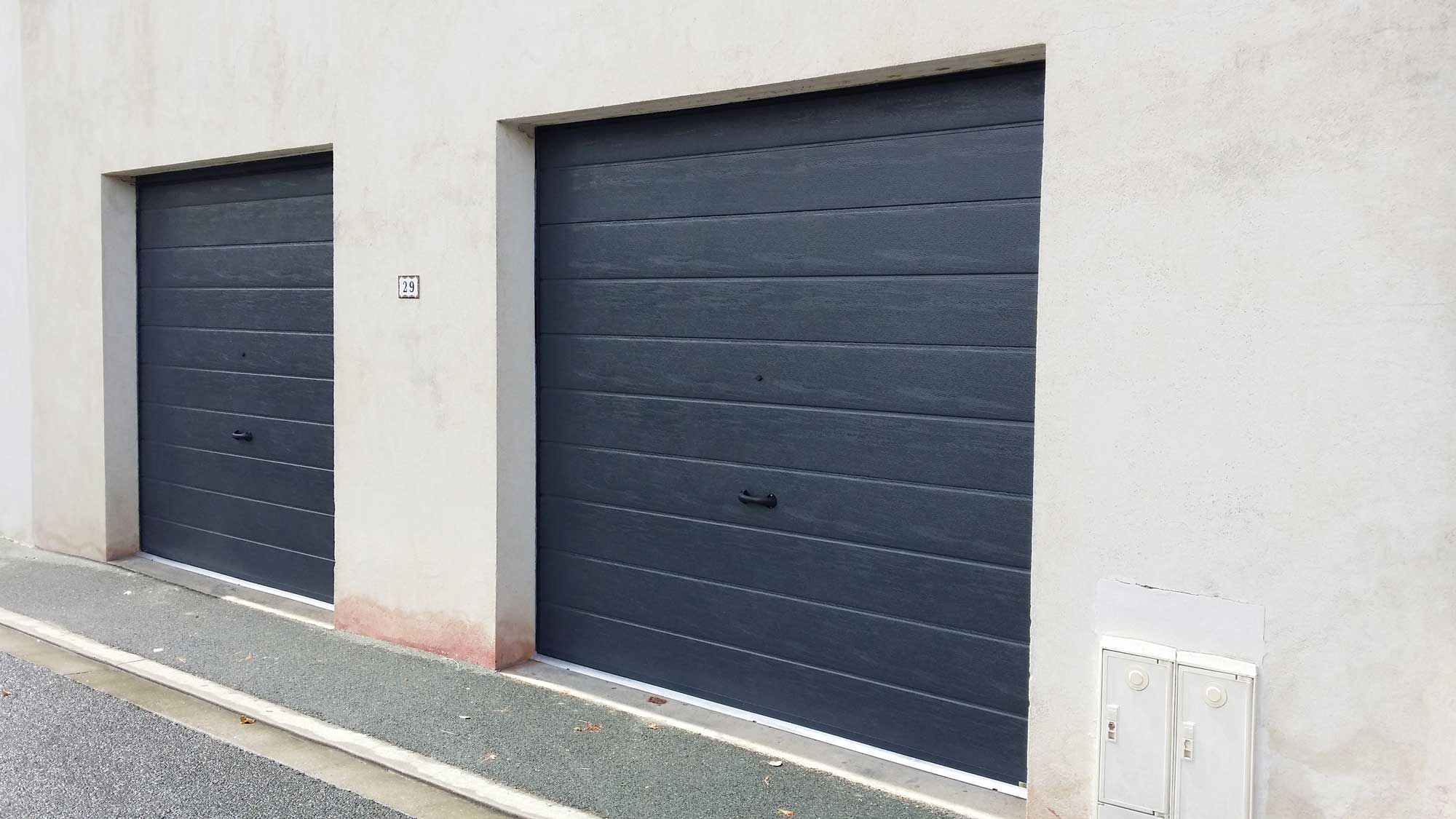 Pose de portes de garage sectionnelle 7016 sur mesure par for Porte de garage sectionnelle sur mesure hormann