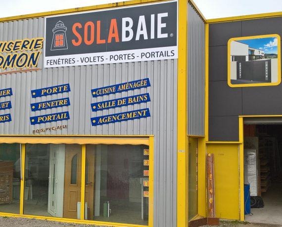 Devanture de votre installateur de fenêtres, portes et volets Solabaie Houdmon Menuiserie sur le Lion d'Angers en Maine-et-Loire