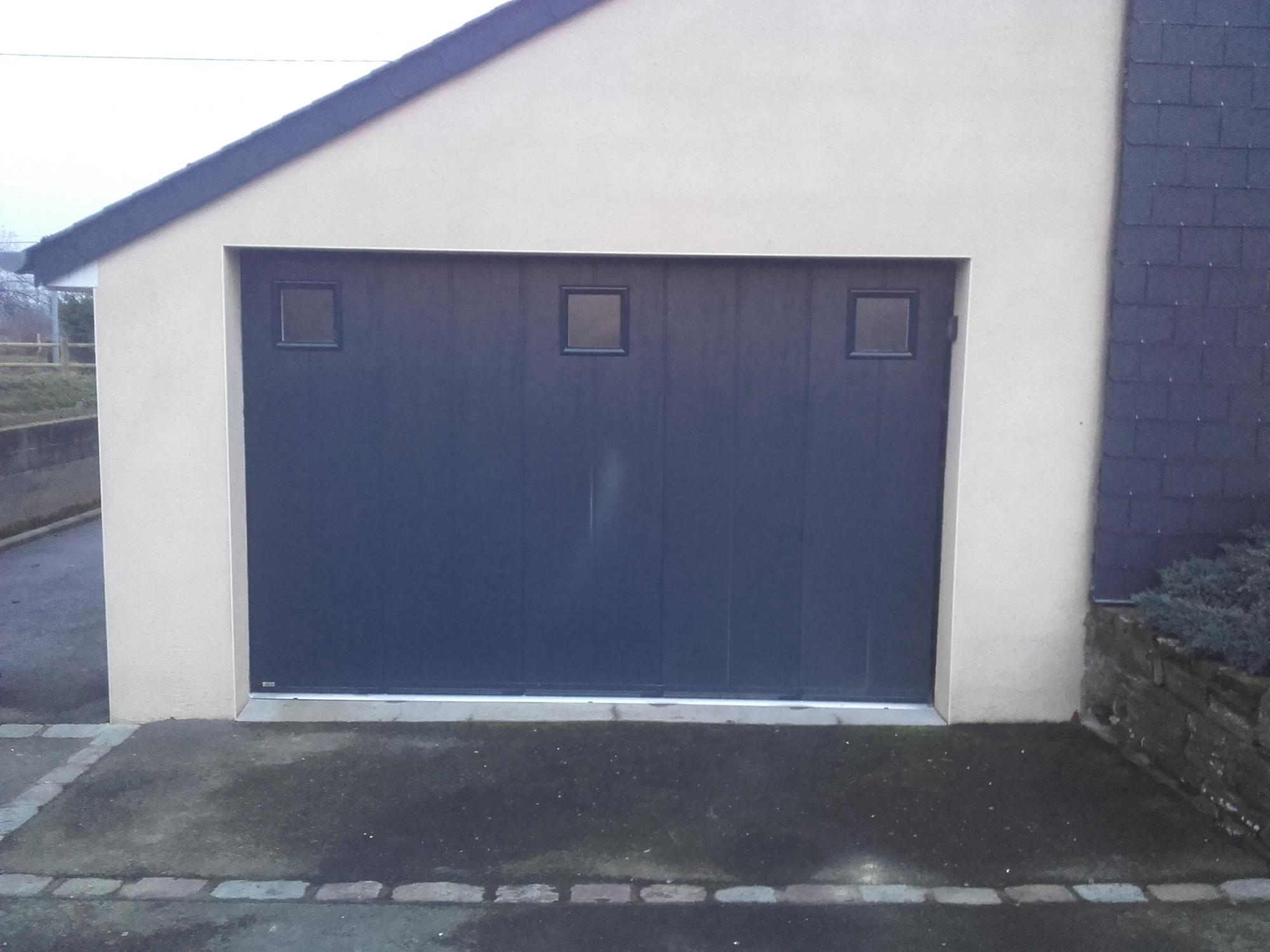 Porte de garage lat rale avec hublots pvc installation for Porte garage ouverture laterale