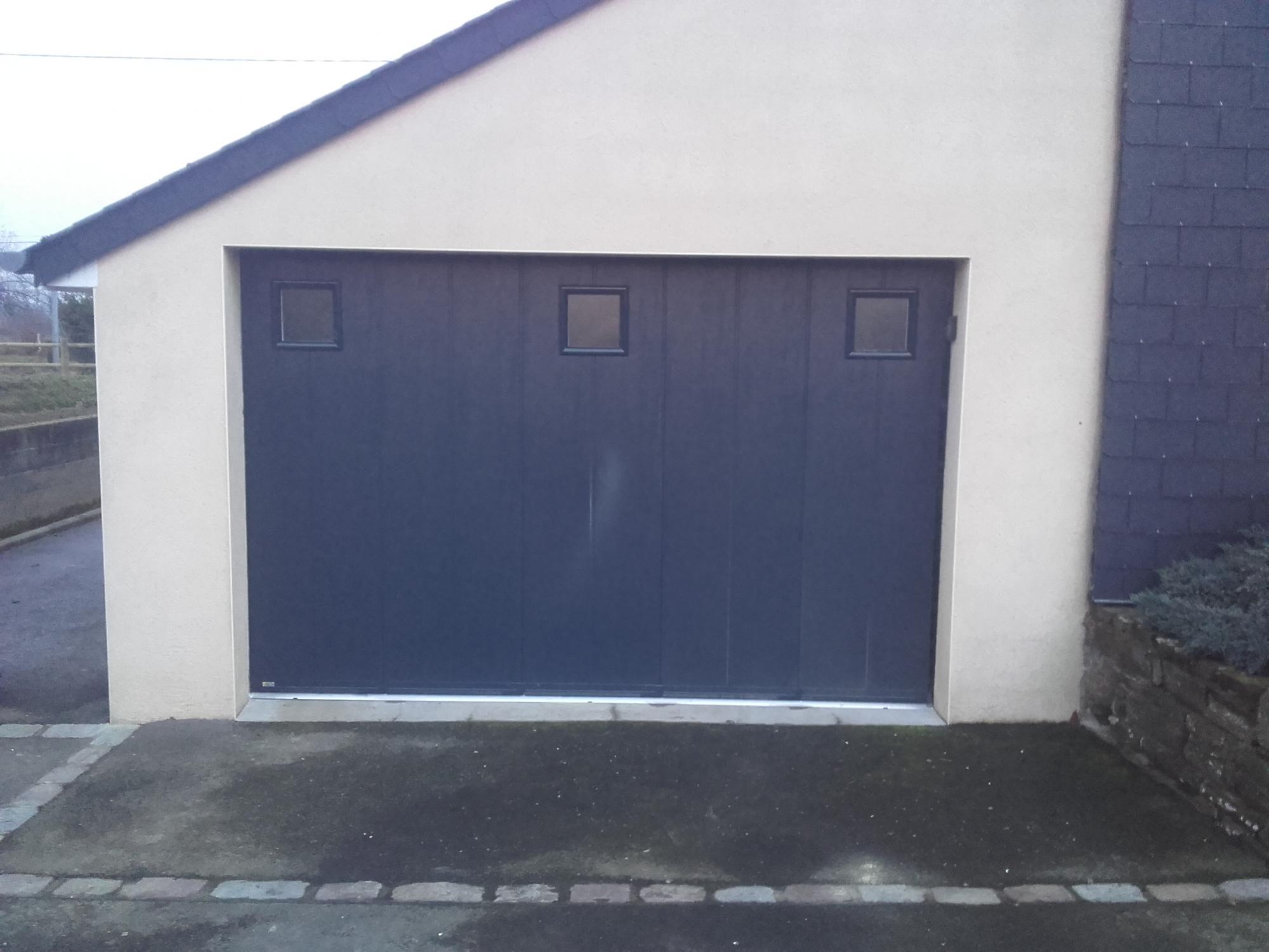 Porte de garage lat rale avec hublots pvc installation for Peindre une porte de garage en pvc