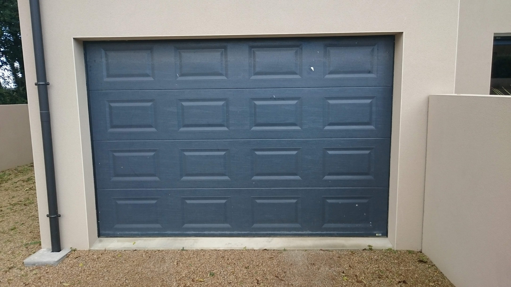 solabaie.fr/wp-content/uploads/2015/10/porte-garage-grise-anthracite-solabaie-le-maitre-charles