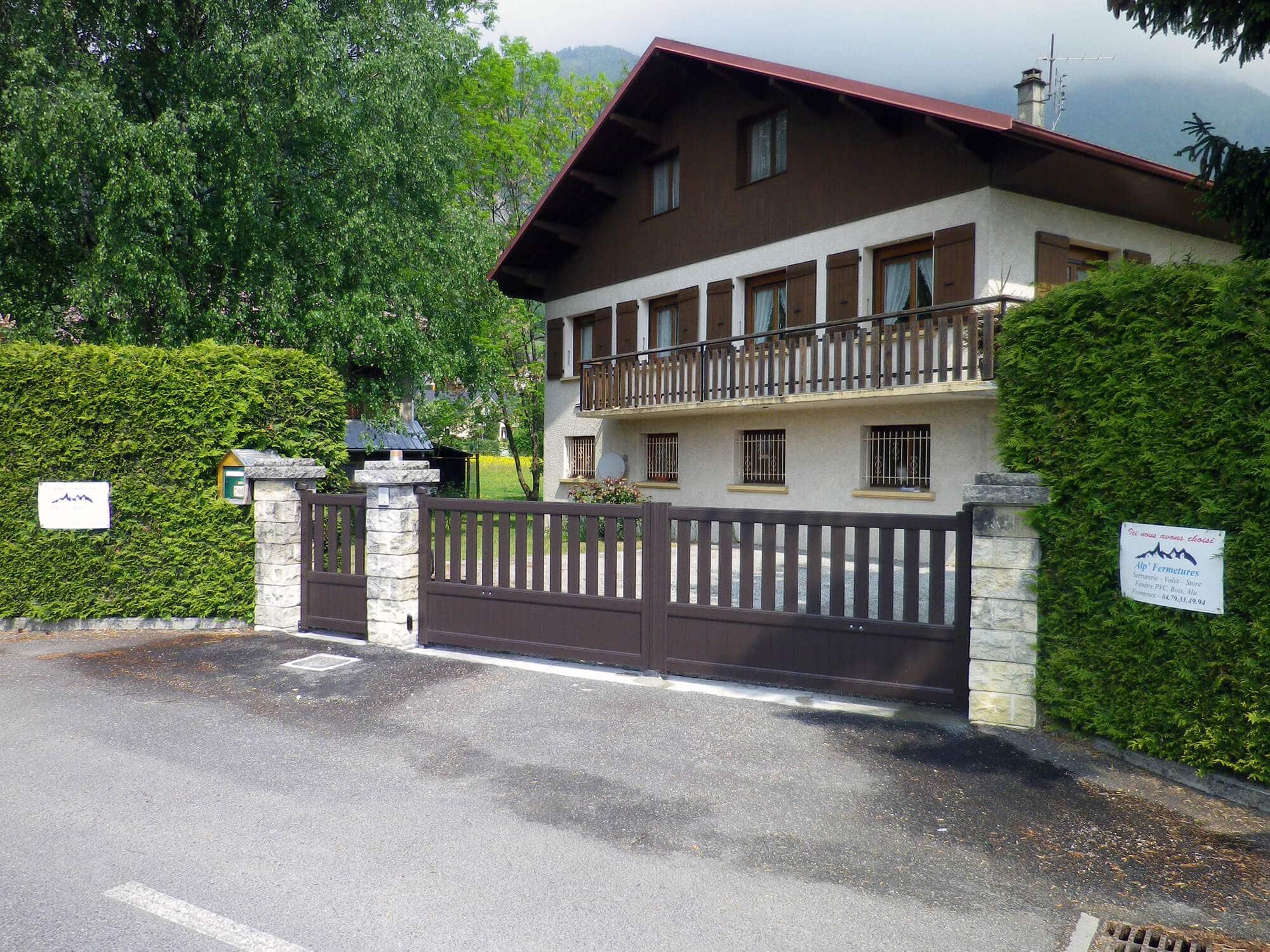 Portail et portillon marron en aluminium pos s en savoie - Portail et portillon ...