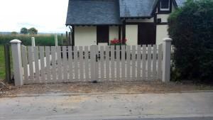 pose-portail-blanc-ouverture-battante-menuiserie-crochet