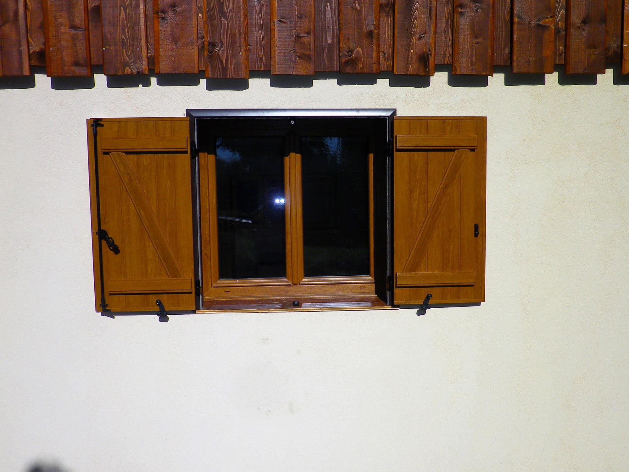 volets battants aspect bois barres et charpes solabaie alp 39 fermetures. Black Bedroom Furniture Sets. Home Design Ideas