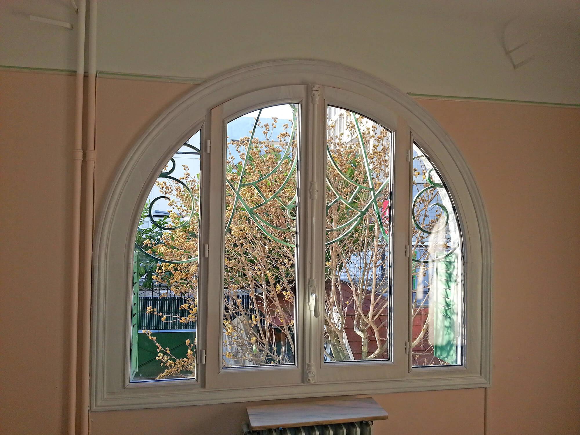 R alisation de fen tre en bois blanche et grille en fer for Porte fenetre arrondie