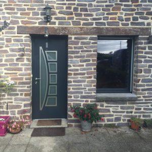 porte d 39 entr e moderne en alu sur une maison typiquement bretonne. Black Bedroom Furniture Sets. Home Design Ideas