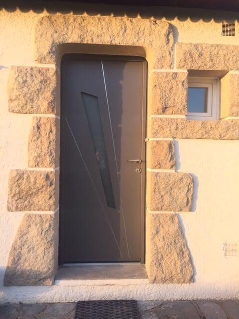 Pose d\'une porte d\'entrée moderne couleur taupe en aluminium dans ...
