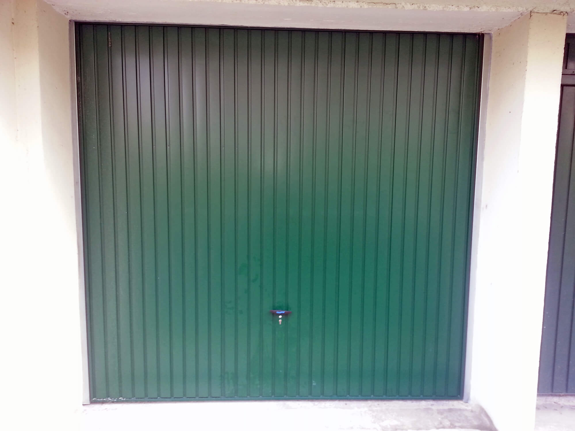 pose d 39 une porte de garage en aluminium couleur verte viroflay. Black Bedroom Furniture Sets. Home Design Ideas