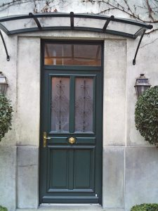 porte-entree-bois-verte-vitrage-decoration-fer-forge