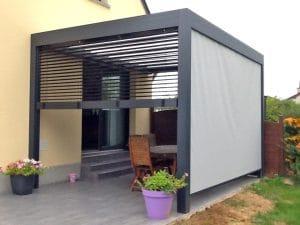 pergola-open-lames-orientables-store-vertical-gris-et-un-store-BSO