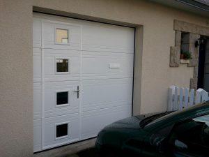 porte-de-garage-isolee-avec-hublots