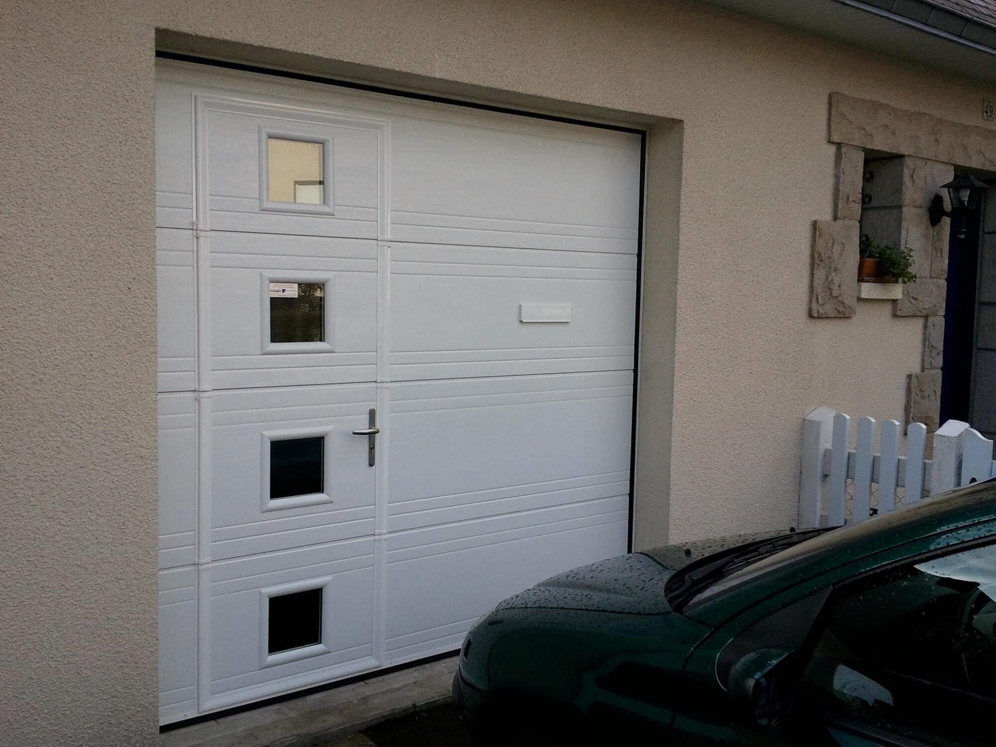 Pose d 39 une porte de garage isolante avec porte de service for Porte de service isolante