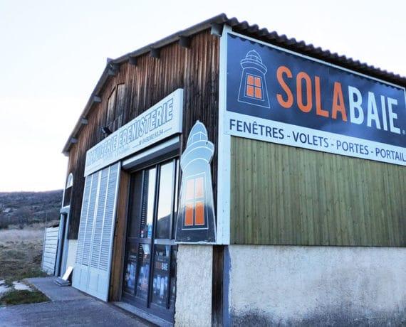 Façade de la menuiserie SAMAT Christophe votre installateur de fenêtres, portes et volets Solabaie à Aubignosc