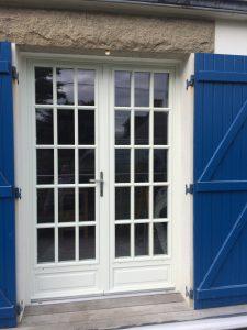 Porte-fenêtre bois Cocoon posée par votre installateur Solabaie Arzur Menuiseries