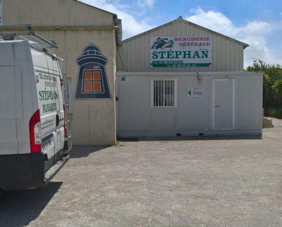 Devanture de votre installateur Solabaie Stephan Menuiserie de portes d'entrée, portes de garage, fenêtres et volets à Plouarzel, dans le Finistère