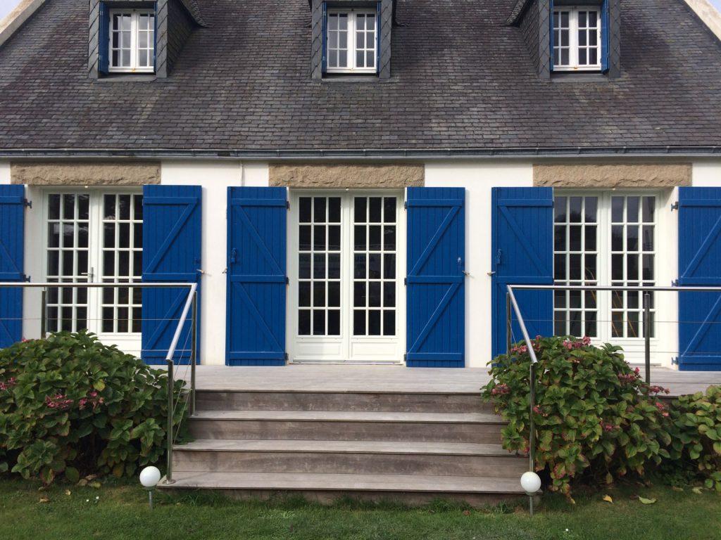 Vue d'ensemble de la pose d'une porte-fenêtre bois Solabaie installée par Arzur Menuiseries