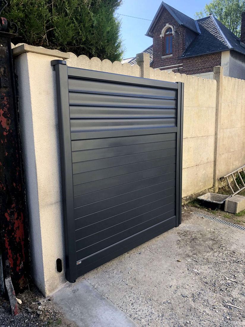 fourniture et pose d 39 un portail battant en aluminium gris avec une motorisation somfy io et une. Black Bedroom Furniture Sets. Home Design Ideas