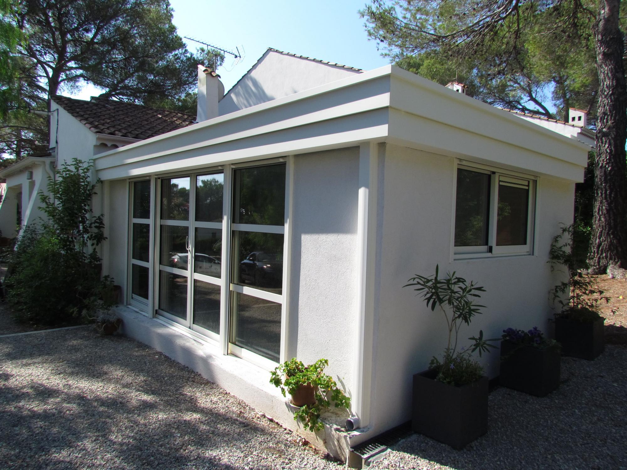 veranda-blanche-exterieur-solabaie-le-muy - Solabaie