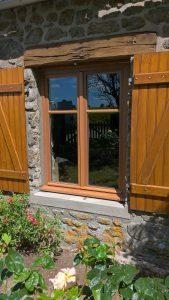 Pose d'une fenêtre bois à finition lasure par votre installateur-conseil Solabaie Menuiserie Bouan