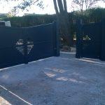 Portail alu gris 7016 et son portillon assorti installés avec des piliers alu par la Menuiserie Bouan