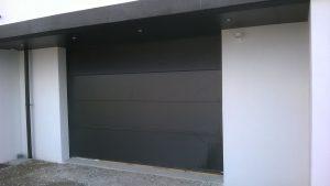 Porte de garage sectionnelle gris 7016 installée par la Menuiserie Bouan