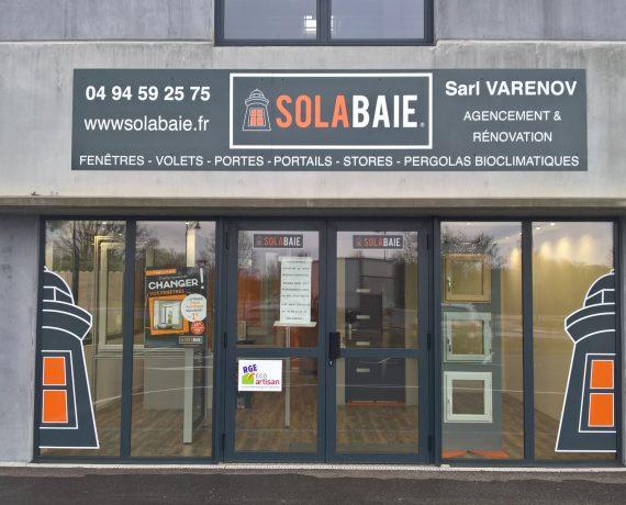Devanture du magasin de Solabaie Garéoult, artisan-menuisier à votre écoute pour tous vos projets en construction ou rénovation de fenêtre, portes, volets et portails dans le Var (83)